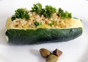 Los sabores de la quinoa y el curry le dan un toque especial a los calabacines